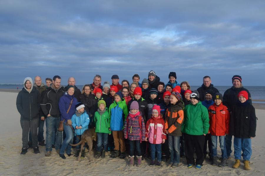 E-Juniorenmannschaft mit Trainer und Familienangehörige an der Ostsee