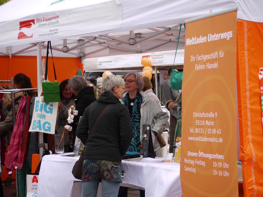 Ehrenamtliches Engagement am Infostand vom Weltladen Unterwegs beim Deutschen Entwicklungstag 2013 in Mainz