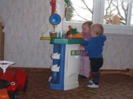 Ein kleiner Ausschnitt unseres Spielbereiches, die Kinderküche erfreut sich immer wieder großer Beliebtheit.Ein kleiner Ausschnitt unseres Spielbereiches, die Kinderküche erfreut sich immer wieder großer Beliebtheit.