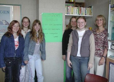 Einige Streitschlichterinnen mit der Beratungslehrerin Frau La Baume