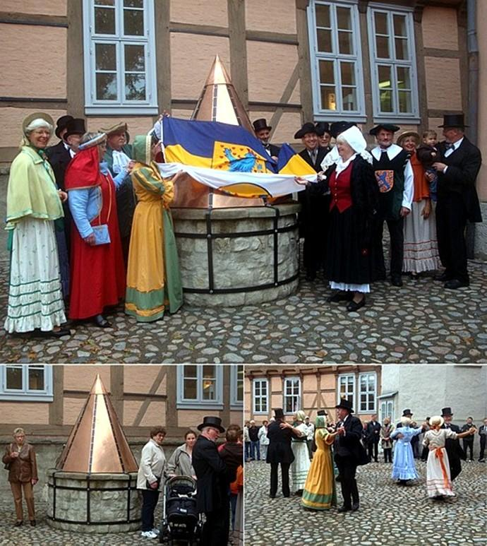 Einweihung Brunnenabdeckung im Schlosshof