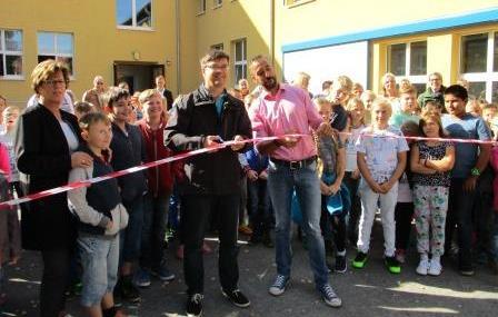 Stellvertr. Bürgermeister Jörg Krüger und Schulleiter Carsten Handrik eröffnen den Schulhof