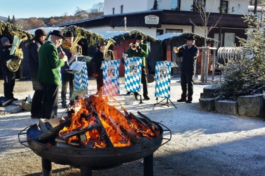 Die Eisensteiner Blosmusi bei der Umrahmung des Neujahrsempfangs am Dorfplatz