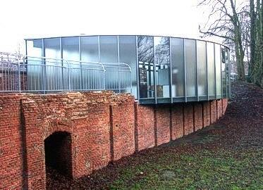 Auf das alte Mauerwerk der Eiskelleranlage wurde im Jahr 2004 das Museum in Form einer Eisscholle gebaut.