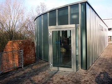 Eingang zum Museum der Eiskelleranlage.