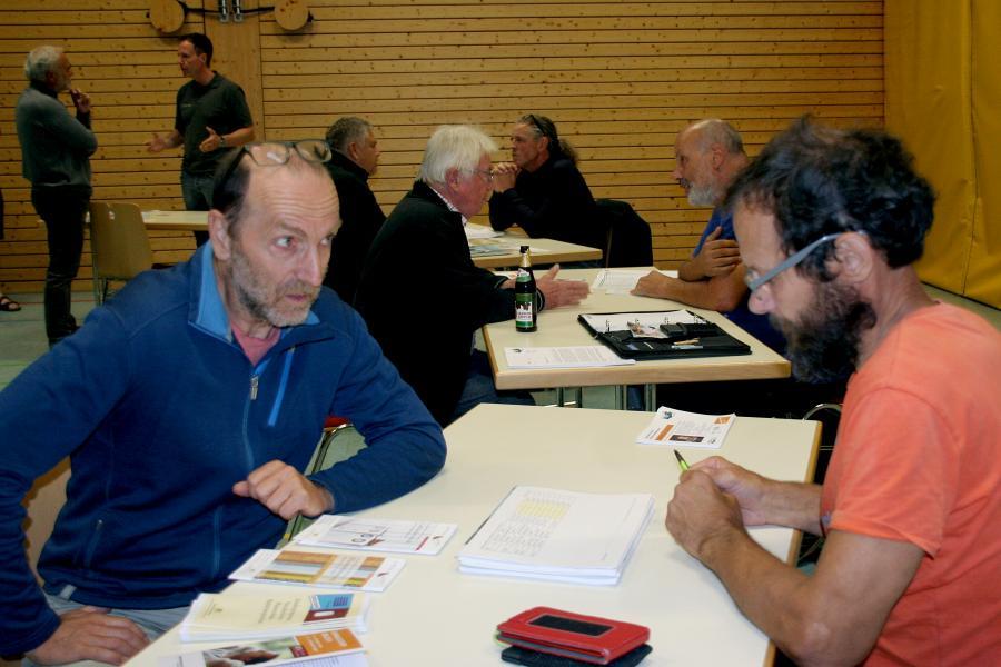 Gebäudeeigentümer informieren sich bei den Energieberatern während der Auftaktveranstaltung in der Thimoshalle