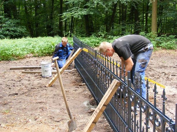 Beginn der Zaunbauarbeiten am Erbbegräbnis durch Mitarbeiter der Firma Mählis.