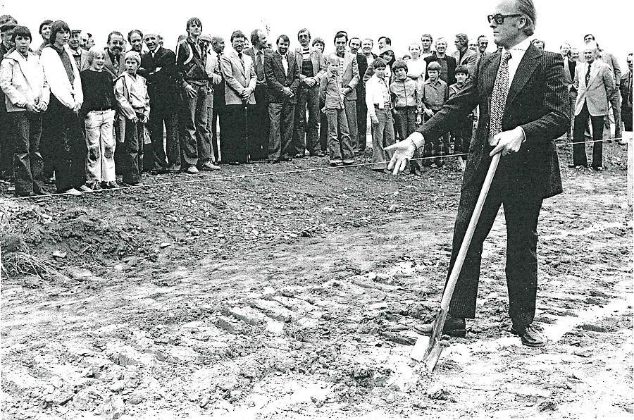 Erster Spatenstich durch Bürgermeister van Allen