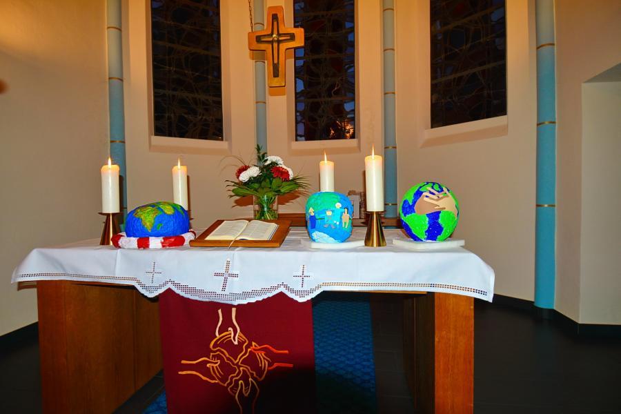 Altar mit Objekten zum Fairen Handel gestaltet von einer Schulklasse
