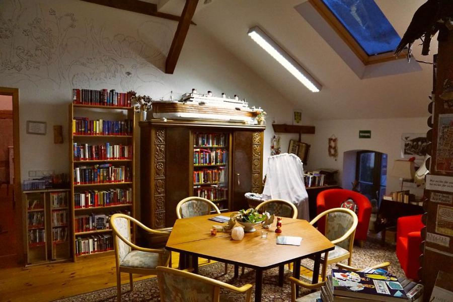 Bibliothek mit über 1000 Büchern