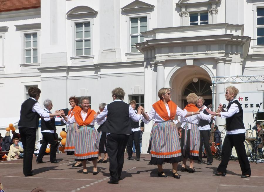 Tanzgruppe vor dem Schloß Oranienburg
