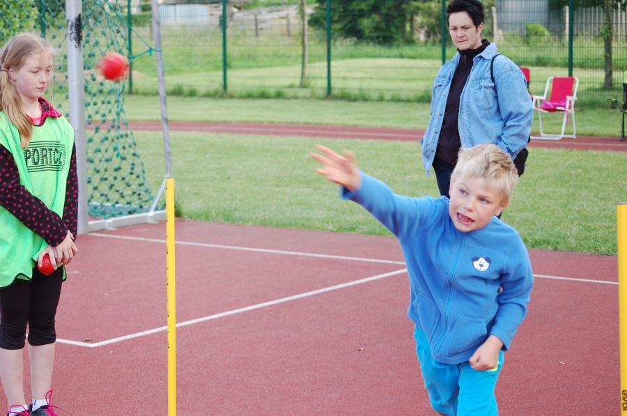Den Ball im Blick: Volle Konzentration beim Ballwurf.