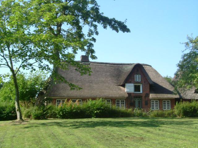 Gegenüber sehen Sie das Geburtshaus von Hans Momsen