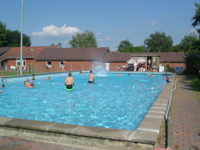 grenzt das von der Gemeinde betriebene Schwimmbecken