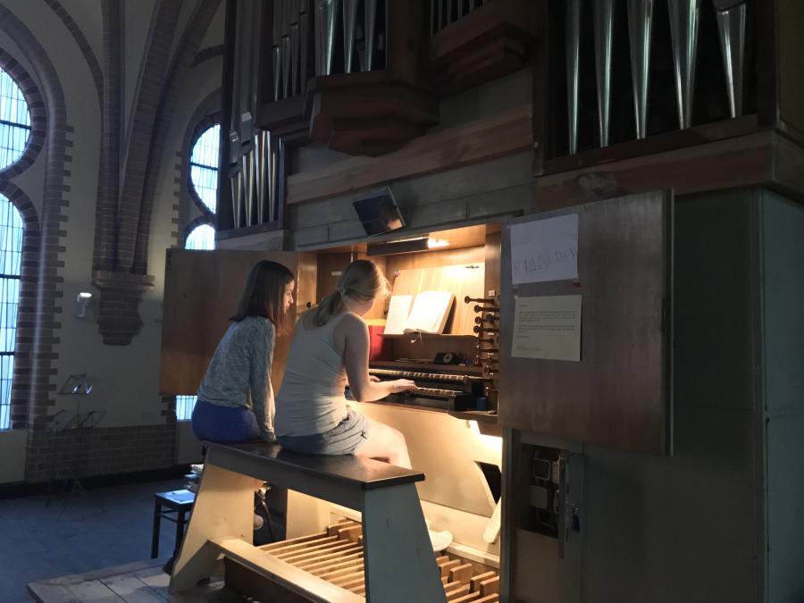 Konfirmandin an der Orgel