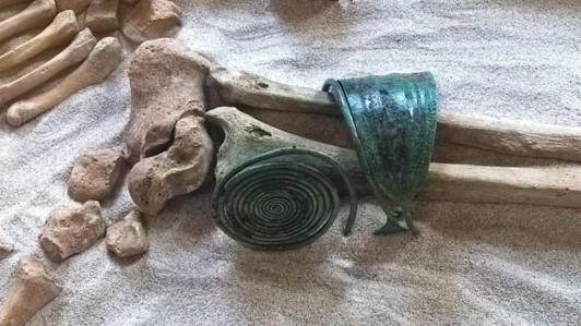 Frau vom Sand – Schmuck am Fußgelenk
