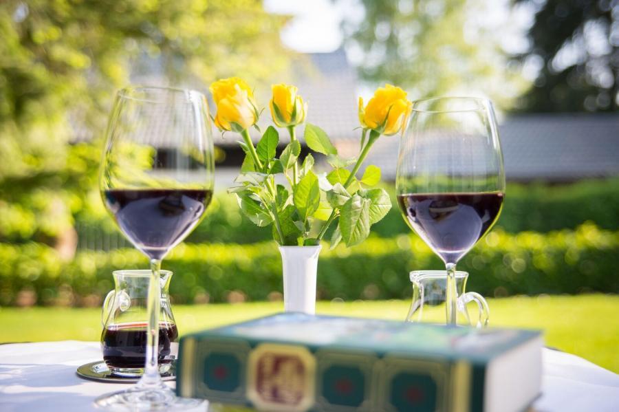 terrasse mit Tisch und Wein
