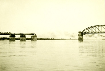 Verbindung unterbrochen seit dem 20.04.1945 : Eisenbahn-Brücke bei Dömitz