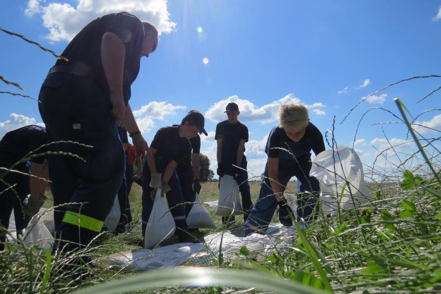 Deichsicherung mit Sandsäcken - hier bei einer gemiensamen Übung der Jugendfeuerwehr und der THW-Jugend