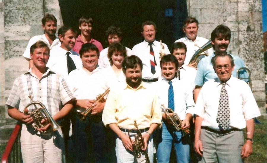 Im Sommer 1988 vor der Kirche
