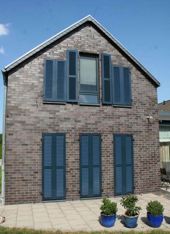Fensterläden aus Alu blau pulverbeschichtet
