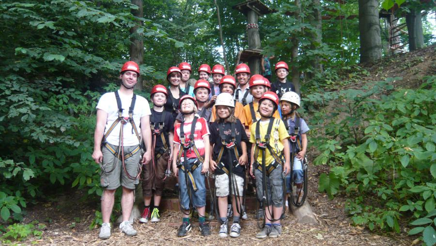 Bild: Teilnehmer der Ferienaktion Hochseilgarten ; Quelle: Sport- und Spielkreis