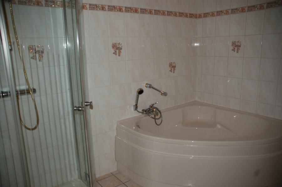 Eckbadewanne und Dusche