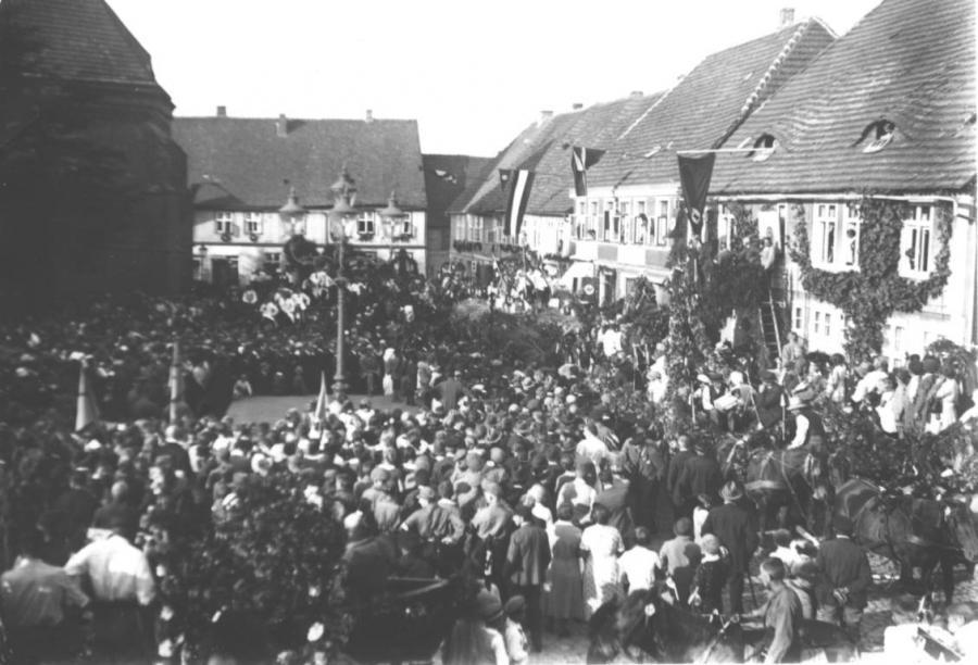 Festrede auf dem Marktplatz (1)