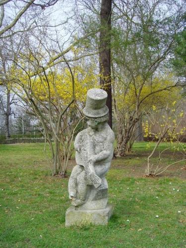 eine der Steinfiguren im Kurpark
