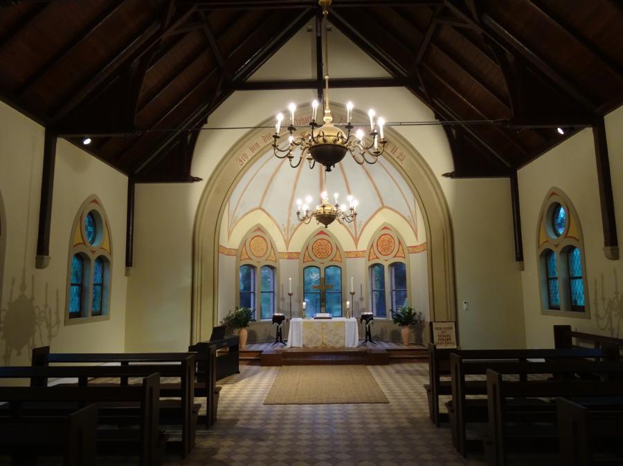 Innenraum der Kapelle auf dem Friedhof der Auferstehungskirchengemeinde