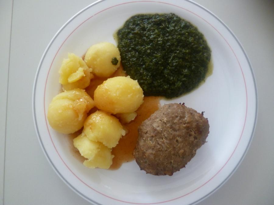 Fleischküchle mit Kartoffeln und Spinat