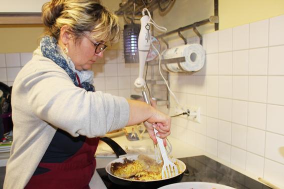 Inka beim Kochen