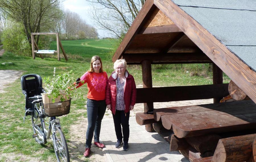 Frau Holz (Tourist-Information der Stadt Bernau) und Frau Stöllger (Regionalpark Barnimer Feldmark e.V.) vor Bernauer Fenster und Sitzgruppe