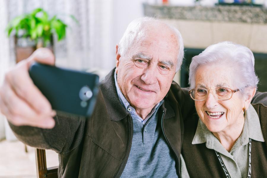Altes Paar mit Handy