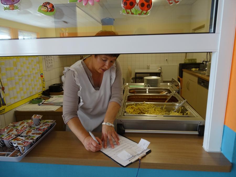 Frau Haase bei der Essensausgabe