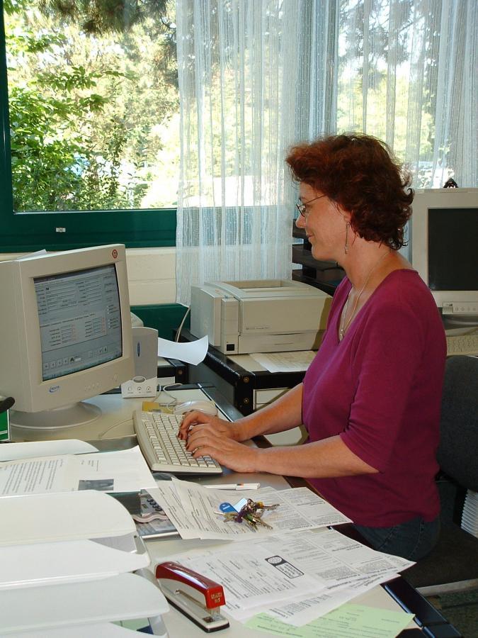 Frau Liß bei der Arbeit im Sekretariat