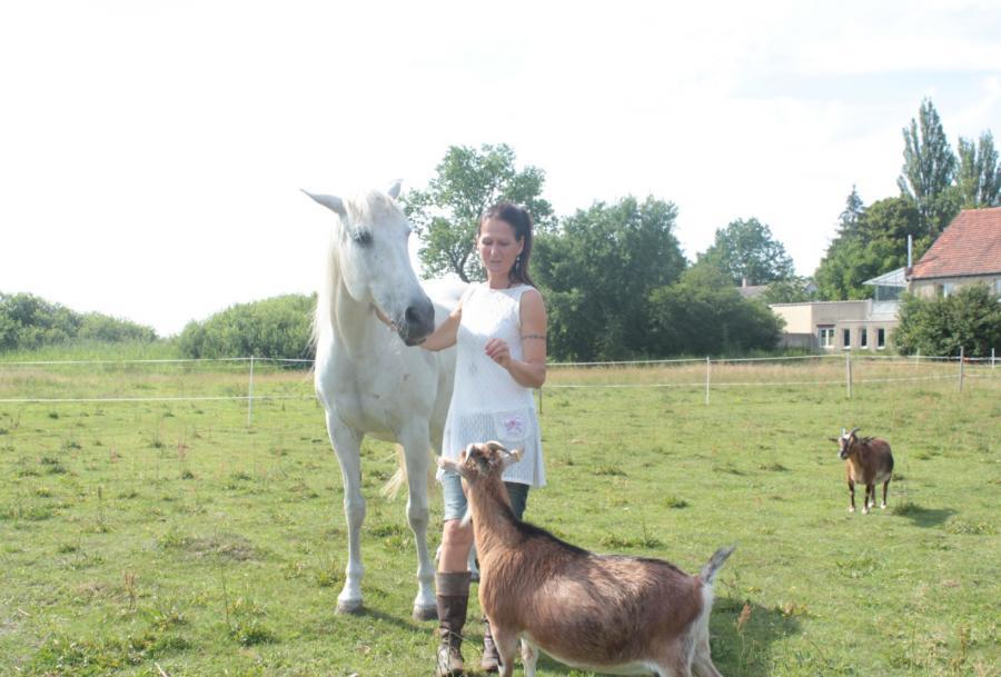 Frau Sage mit Pferd