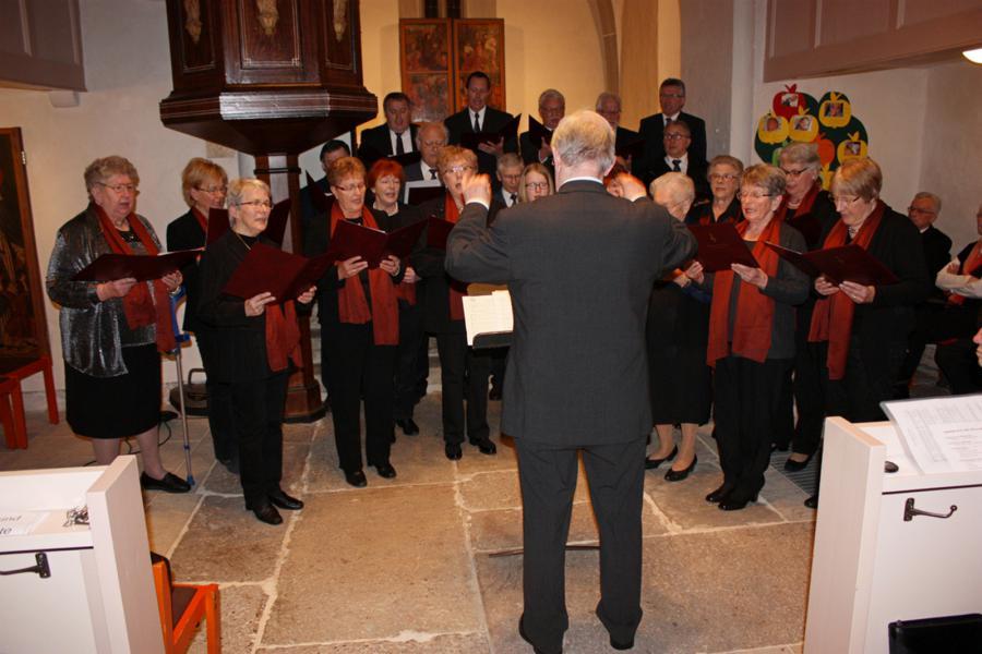 Der Gemischte Chor Unterhaun bei seinem Auftritt in der Neukirchener Kirche in voller Aktion     (Fot: U. Gippert)