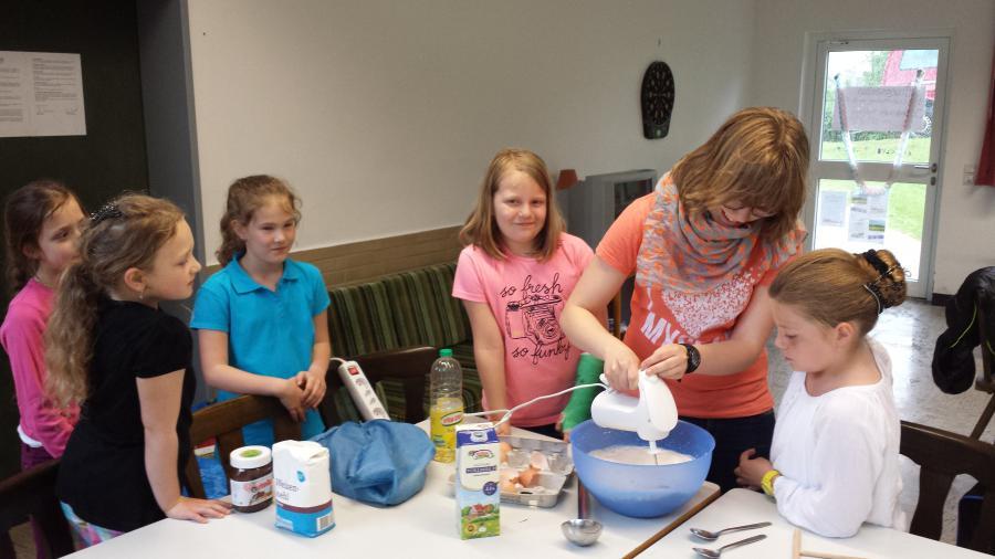 Kids-Club Friedlos: Heute werden leckere Crêpes mit Obst gegessen