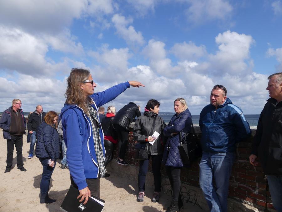 Führung am Strand, nahe des Dokumentationszentrums Prora