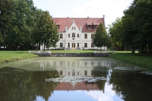 Gahryer Schloss mit Schlossteich