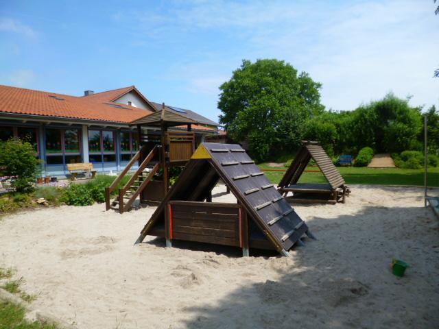 Gartenbereich mit verschiedenen Spielmöglichkeiten