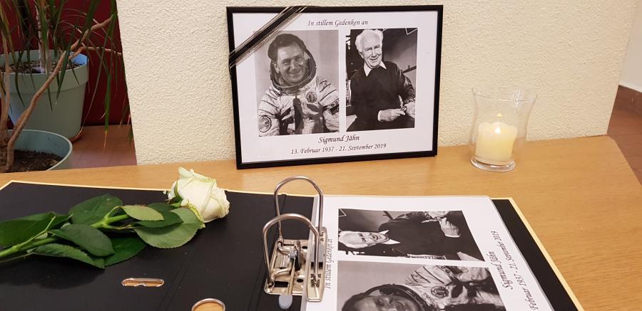 Gedenktisch für Sigmund Jähn