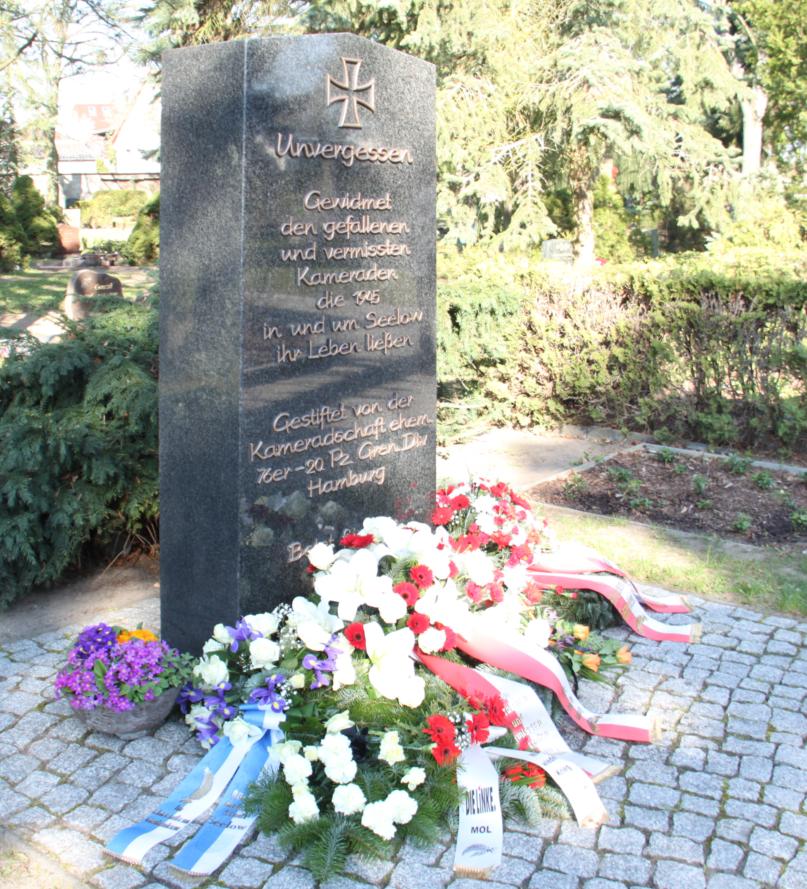 Am Gedenkstein der 76-Stiftung