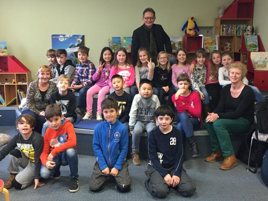 Schulklasse zu Besuch in der Stadtbibliothek Hennigsdorf