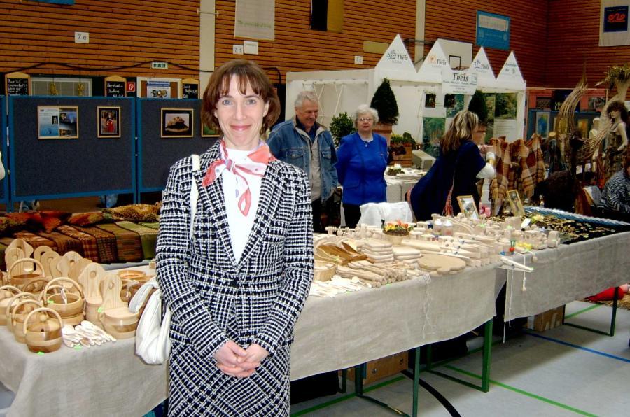 Linda Mierlauka vor dem Stand mit den lettischen Produkten