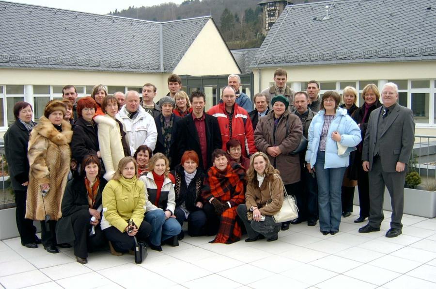 Die lettische Delegation vor dem Oberweseler Krankenhaus