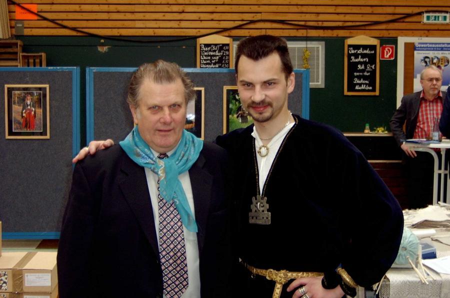 Bei der Gewerbeschau: Bürgermeister Edvins Upitis mit seinem Mitarbeiter aus dem Museum in Tervete