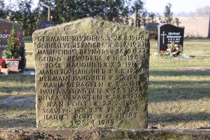 Grabstelle der 13 zivilen, flämischen Minenopfer (vom 25.4.1945) auf dem Damnatzer Friedhof