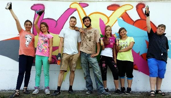 Graffiti-Kunst an der Sporthallenwand